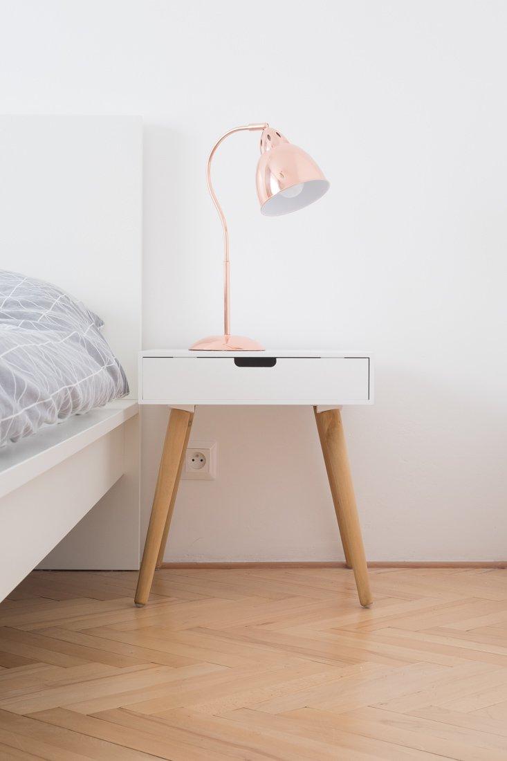 nočný stolík s lampou