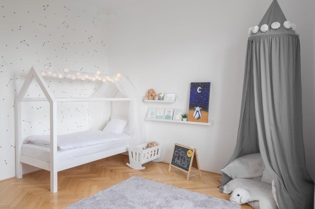 biela detská izba baldachýn