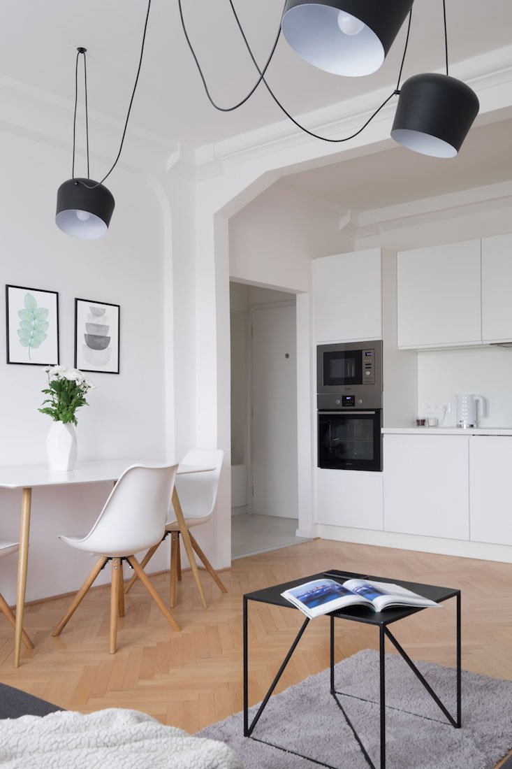 obývačka s dizajnovým lustrom